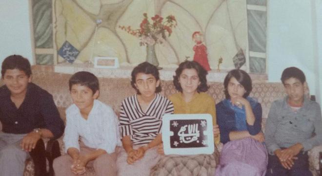 Paknoosh (no canto direito da foto) e outras crianças e adolescentes seguidores da fé Bahá'i no Irã: período, diz ele, foi de repressão