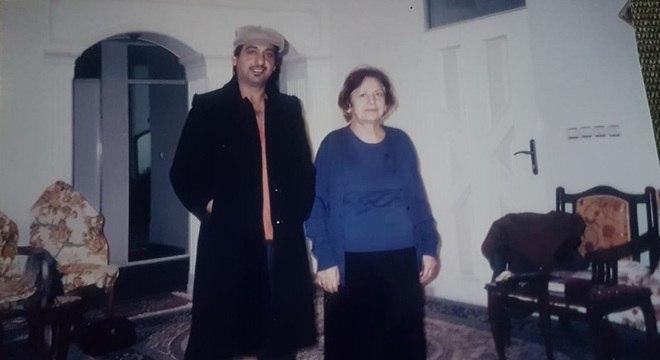 Paknoosh e a mãe, Eshrat, em reencontro no Irã em 2006, na mesma casa onde duas décadas antes ela disse: 'Você tem de ir embora'