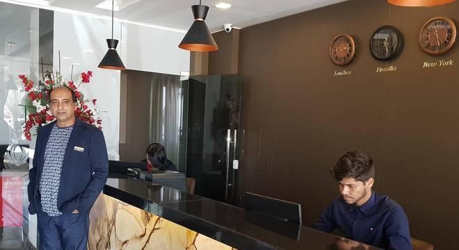 Paknoosh e Ina construíram hotel e tocam restaurante, com planos de expansão para ambos na Bahia