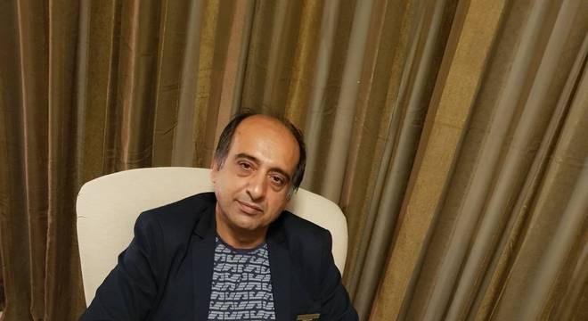 'Nós vivíamos em um clima de perseguição e medo', diz Paknoosh Kharaghani ao contar sua história à BBC News Brasil