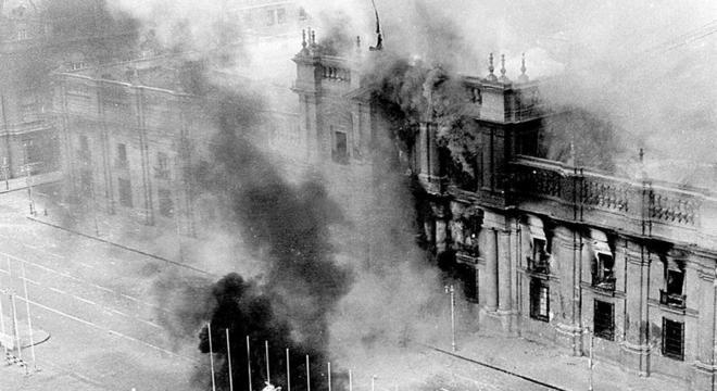 Palácio de La Moneda bombardeado pelo exército no golpe  que matou Allende