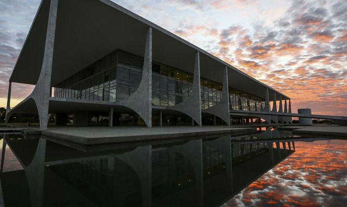 Institutosde pesquisas apontam que Lula e Bolsonaro devem se enfrentar no segundo turno ao comando do Palácio do Planalto,mas os índices de rejeição contra os candidatos são altos: 37% e 59%,respectivamente. Diante desse cenário, que gera espaço para a terceira via, diversospartidos têm se articulado para alavancar seus nomes com o objetivo derepresentar um rosto em meio a polarização