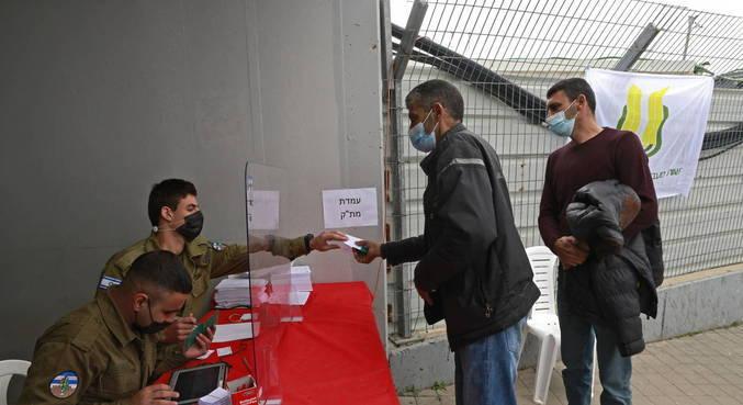 Israel começa a vacinas palestinos com permissão de trabalho