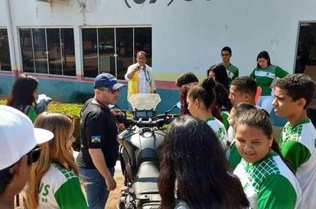 Alunos do IFRO quiseram conhecer a moto e saber histórias da viagem