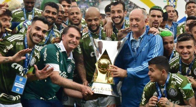 A festa do Palmeiras. Felipão, o time, a taça e seu ídolo Jair Bolsonaro