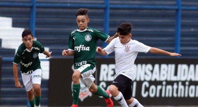 Corinthians e Palmeiras. Reservas e garotos em campo. Por conta da Federação Paulista