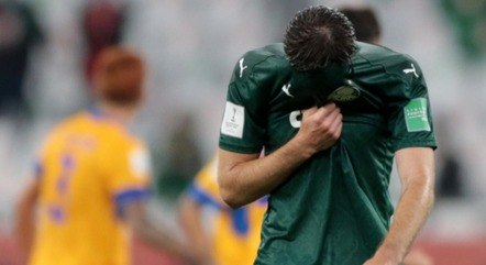 Após derrota para o Tigres, jogadores do Palmeiras deixam o gramado decepcionados