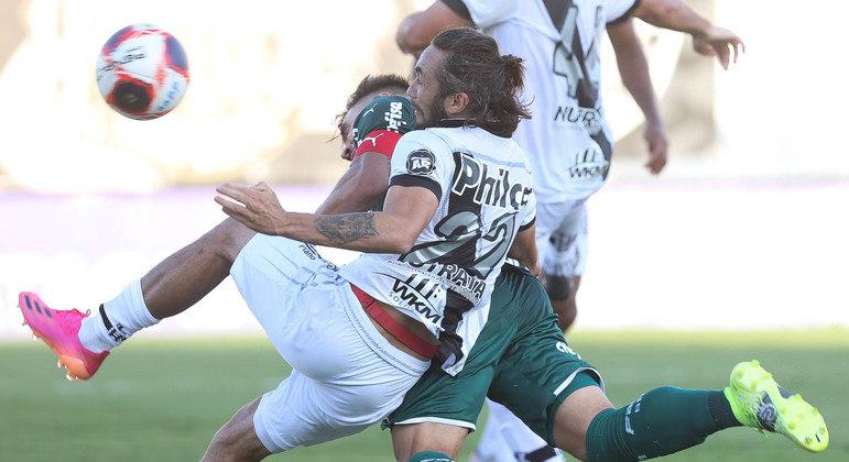Willian se antecipando a Apodi. Segundo gol do Palmeiras, em assistência cerebral de Scarpa