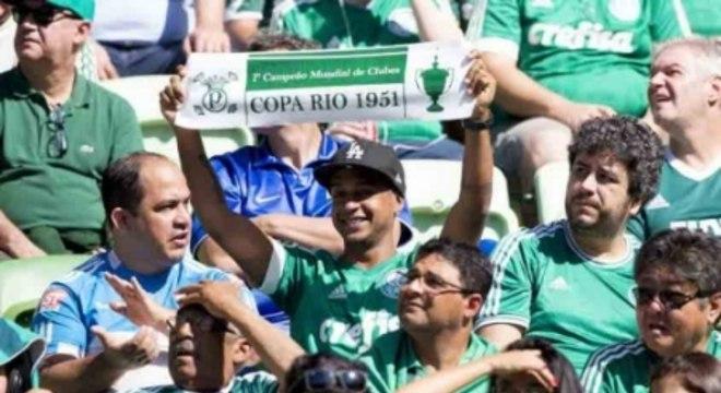 """Palmeiras 0x1 Atlético-MG - Torcida com as faixas """"Copa Rio de 1951"""" nas arquibancadas"""