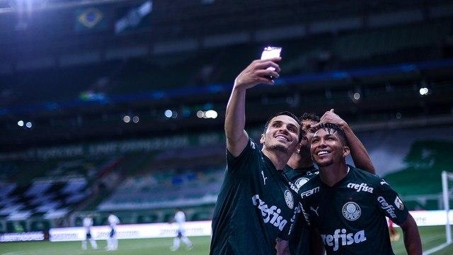 Selfie. A alegria de Veiga, Scarpa e Rony. Palmeiras embalado para a semi da Libertadores