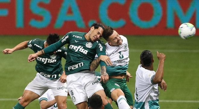 Mesmo com jogadores milionários, gol do Palmeiras, de bola parada. Escanteio