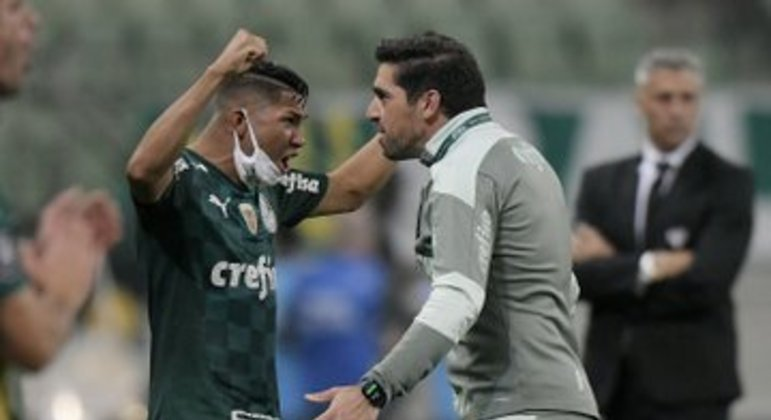 Abel comemora a chegada do Palmeiras à semifinal. Atrás dele, desolado, Crespo