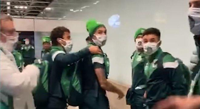 Torcida do Palmeiras protesta. Diego Barbosa revida. E quase há confronto