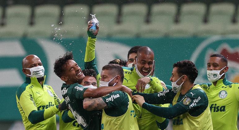 Palmeiras comemora a vitória contra o Bahia. Objetivo é vencer o Brasileiro e a Libertadores