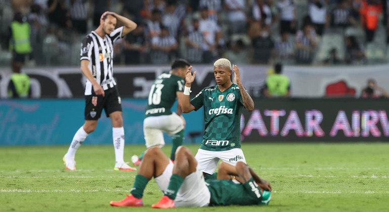 Palmeiras comemora a classificação, em pleno Mineirão. O desconsolo do eliminado e invicto Atlético