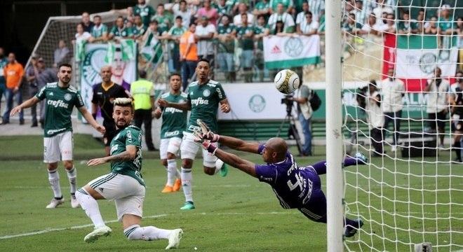Rodriguinho chuta, a bola bate em Victor Luis e engana Jailson, no gol