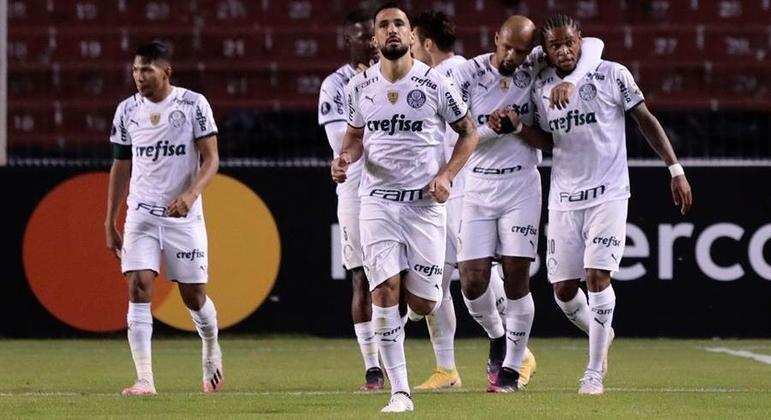 Jogadores do Palmeiras comemoram o gol da vitória sobre o Del Valle
