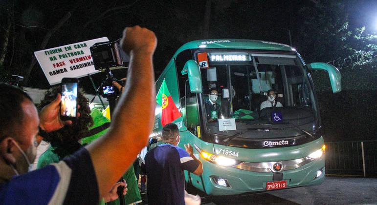 Torcedores do Palmeiras se despedem da delegação do time em frente ao CT Academia de Futebol na Barra Funda