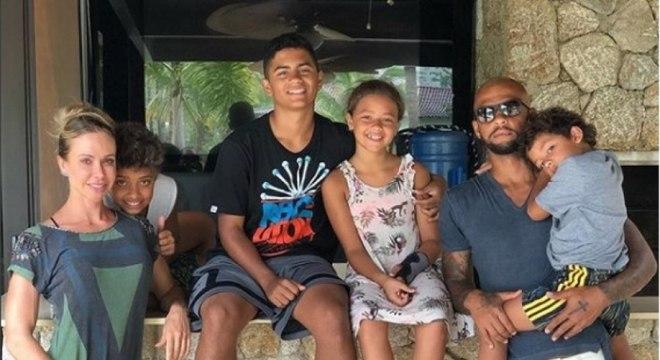 """Palmeiras. Felipe Melo.O jogador do Verdão postou foto com a mulher e os filhos, junto com uma passagem bíblica: """"Então disse Jesus: """"Deixem vir a mim as crianças e não as imp"""