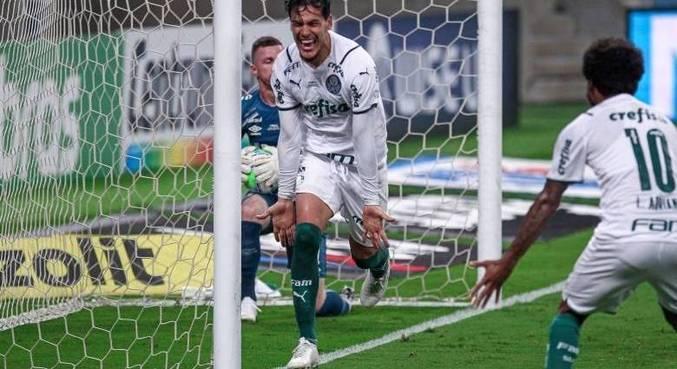 Gustavo Gómez abre o placar para o Palmeiras contra o Grêmio, em Porto Alegre