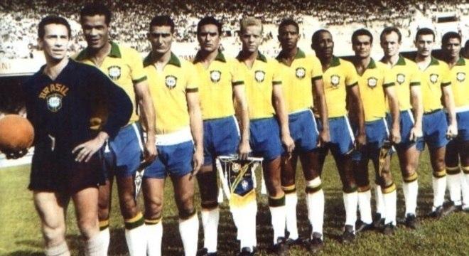 Valdir puxa a fila da seleção brasileira na inauguração do Mineirão, em 1965