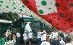 Na festa pela saída do ônibus palmeirense, havia muitas bandeiras e fumaça verde para festejar o momento e incentivar os jogadores. Porém, os torcedores se aglomeraram e, desta forma, desrespeitaram as medidas restritivas impostas pelas autoridades sanitárias para disseminação do vírus da covid-19