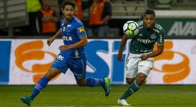 Palmeirense Borja lutou com a zaga do Cruzeiro na 1ª semifinal da Copa do Brasil
