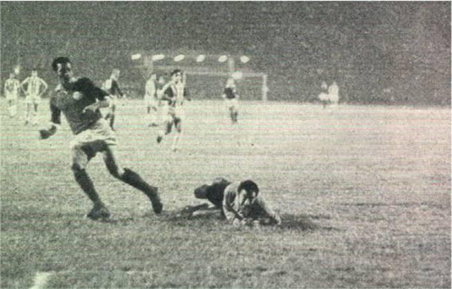 Palmeiras x Estudiantes - Final Copa Libertadores 1968 - Decidida em três confrontos, os argentinos venceram o primeiro jogo por 2 a 1. Na volta, o Verdão ganhou por 3 a 1. Um jogo desempate foi marcado em Montevidéu e o Estudiantes venceu por 2 a 0.