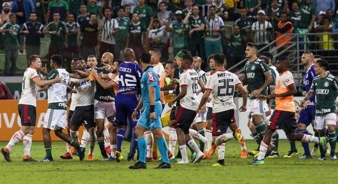 Tumulto no fim do jogo provocou a expulsão de cinco jogadores