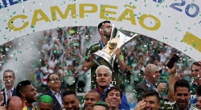 Bruno Henrique levanta a taça do Campeonato Brasileiro
