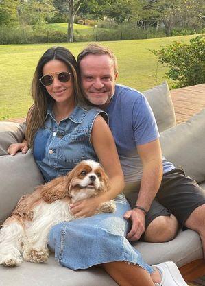 Rubens Barrichello com Paloma Tocci, sua namorada e apresentadora da Band
