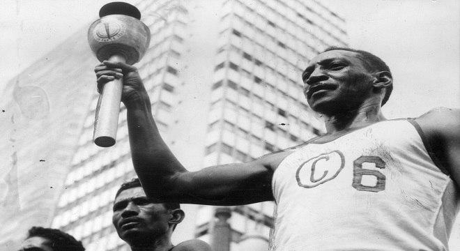 O atleta José Teles da Conceição, carrega tocha do IV Jogos Pan-americanos de 1963. Foto: Folhapress.