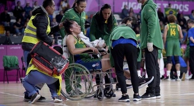 Aline Moura precisou de cadeira de rodas para sair da quadra