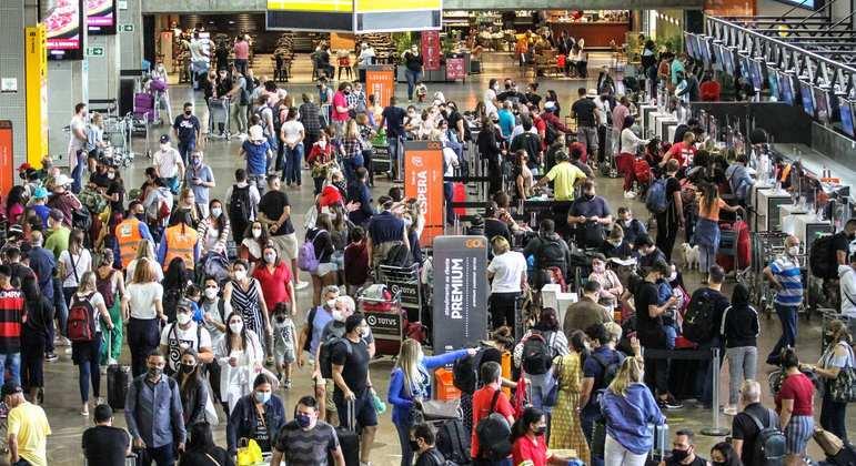 Movimentação de passageiros no aeroporto de Guarulhos, na grande São Paulo