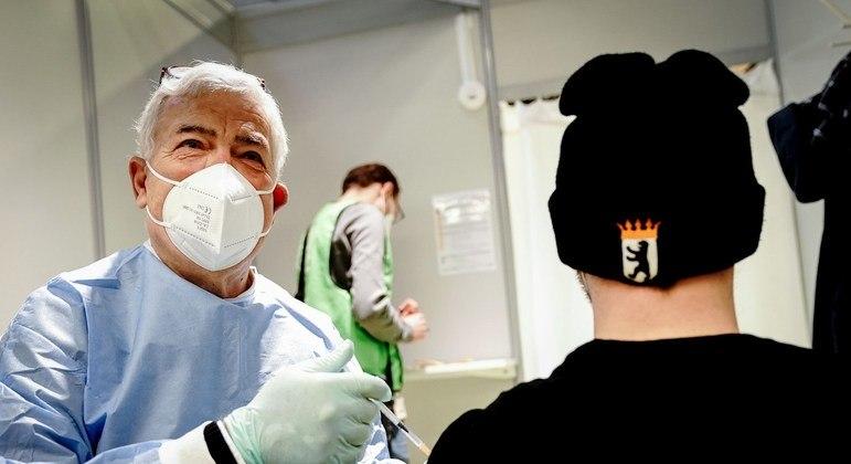 Segundo OMS, acumulado na pandemia é de 106 milhões de infecções e 2,3 milhões de mortes