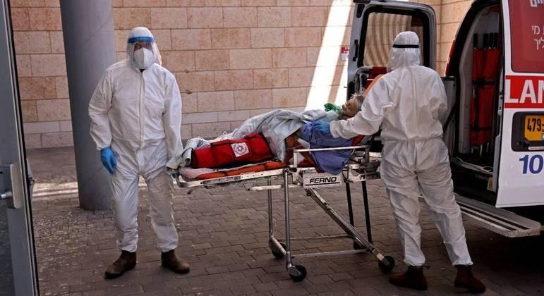 Paramédicos transferindo um paciente com covid para o Hospital Hadassah Ein Kerem, em Jerusalém