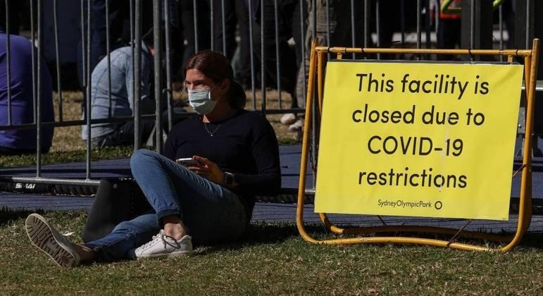 Placa alerta que o Parque Olímpico de Sydney está fechado devido às restrições da covid-19