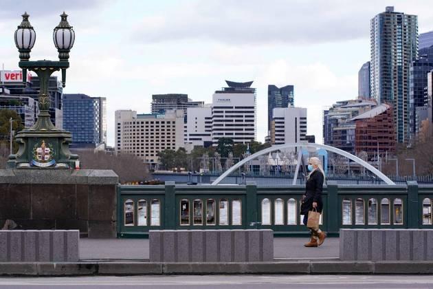 A Austrália, que no início da pandemia foi amplamenteelogiada pela sua gestão no combate à crise sanitária, agora tem várias cidadesem confinamento devido ao avanço da variante Delta. Segundo Urbano, o retrocesso sedeve a uma combinação de dois fatores: