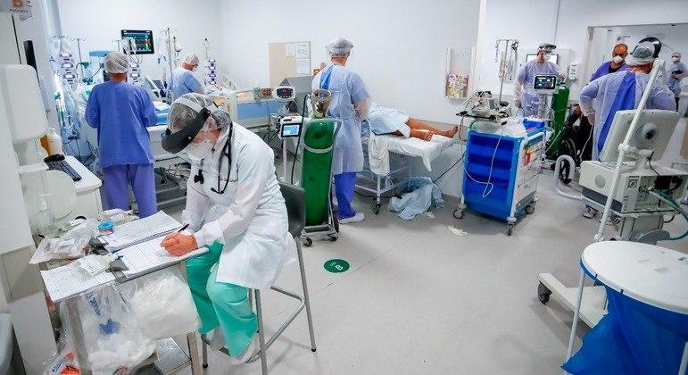 Médicos trabalhando em uma UTI em Porto Alegre, Rio Grande do Sul