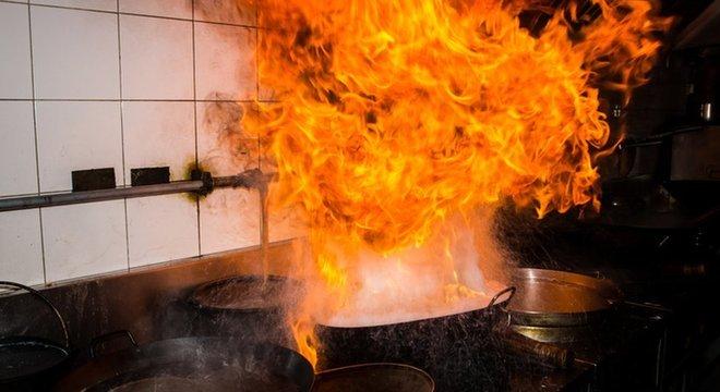 Panela com óleo quente demais pode fazer chama de até 2 metros de altura caso entre em contato com água