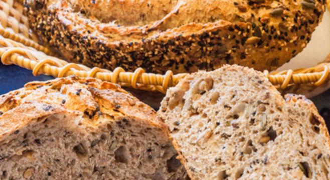 Pão com fermentação natural feito com castanhas e grãos