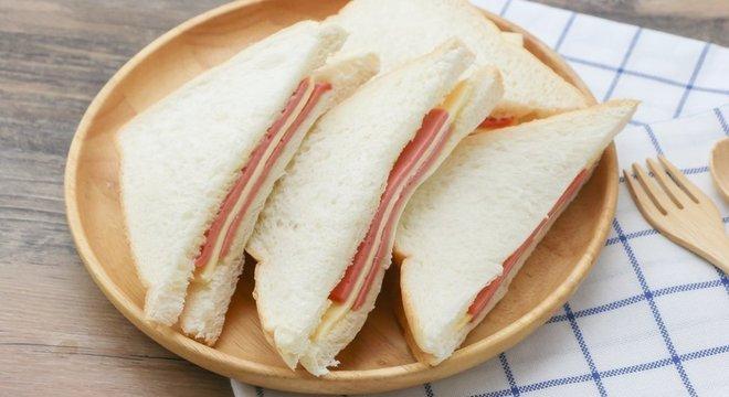 Pão de forma e peito de peru fazem parte da categoria de alimentos ultraprocesados