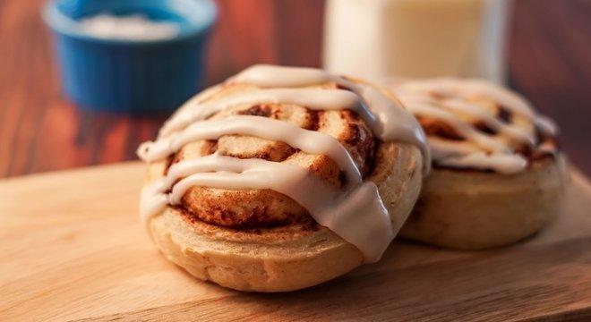 """""""Um pãozinho açucarado te dará muitas calorias, mas seu corpo terá que metabolizá-las rapidamente e você pode acabar com fadiga"""", diz a universidade de Harvard"""