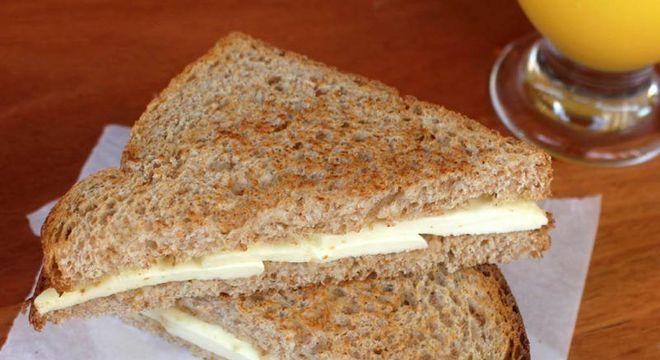Pão integral com queijo branco