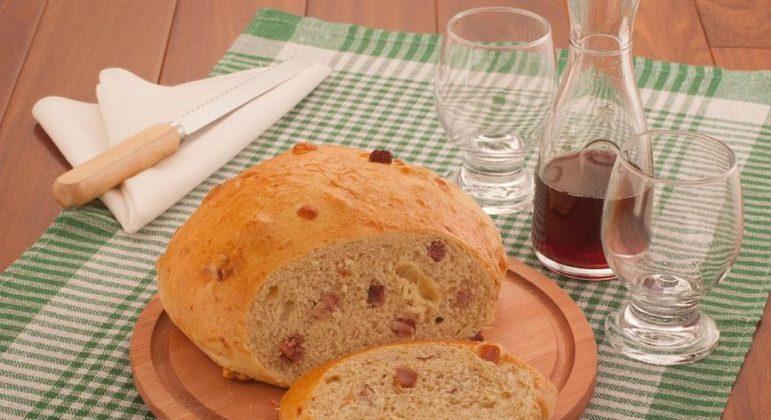 Pão italiano com queijo e bacon