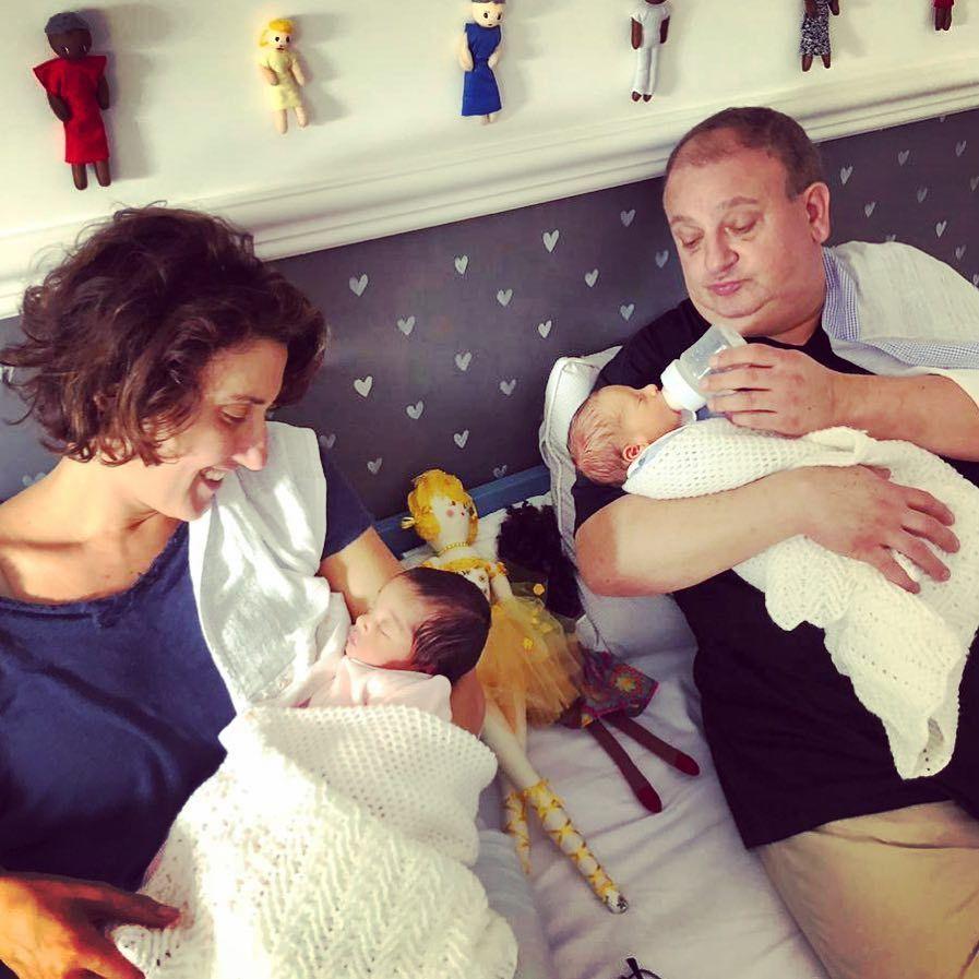 Paola Carosella ajuda Erick Jacquin a alimentar gêmeos - Entretenimento -  R7 Famosos e TV