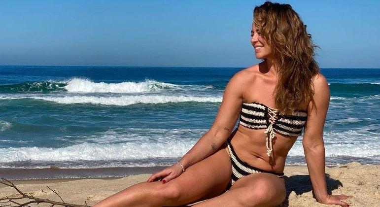 Paolla Oliveira posou usando biquíni de crochê em frente ao mar