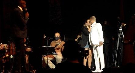 Diogo ganhou um beijo da atriz durante show no Rio