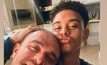 Diante de tantas notícias, foi a vez do filho do cantor, Davi Nogueira, entregar o relacionamento do pai e da madrasta. O jovem posou ao lado de Diogo e disse que foi Paolla quem fez a foto