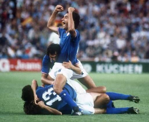 Paolo Rossi: o torcedor brasileiro tem dores de cabeça ao se lembrar dele, mas Rossi foi o grande nome da Copa de 82 justamente depois do jogo contra a Seleção. No total, foram seis gols marcados (artilheiro), três deles contra o Brasil, na fase de grupos.